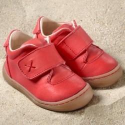869a7b7b94d9f Les chaussures à semelles souples Primero Rouge de Pololo sont idéales pour  les premiers pas de bébé. Elles enveloppent le pied d un cuir naturel ...
